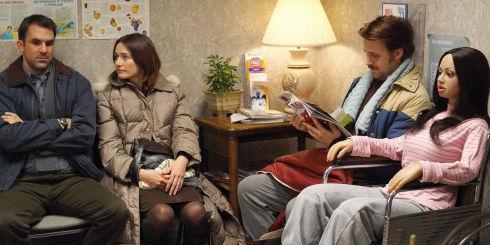 Paul Schneider, Emily Mortimer, Ryan Gosling und Bianca in «Lars and the Real Girl»