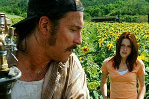 John Corbett und Kristen Stewart in «The Messengers»