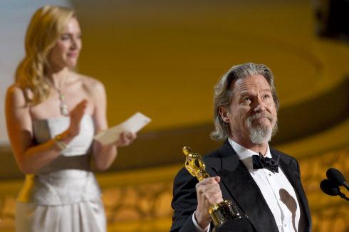 Kate Winslet applaudiert Jeff Bridges (Foto: Matt Petit/©A.M.P.A.S.)